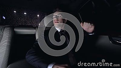 Συγκινημένος επιχειρηματίας που ισιώνει την τρίχα και που δένει τη γραβάτα στο αυτοκίνητο πριν από την ημερομηνία απόθεμα βίντεο