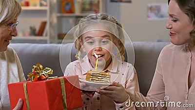 Συγκινημένο κερί γενεθλίων κοριτσιών φυσώντας, εξαιρετικά ευτυχές να γιορτάσει με την οικογένεια απόθεμα βίντεο