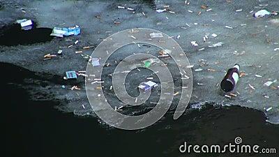 Συντρίμμια και ρύπος στο νερό απόθεμα βίντεο