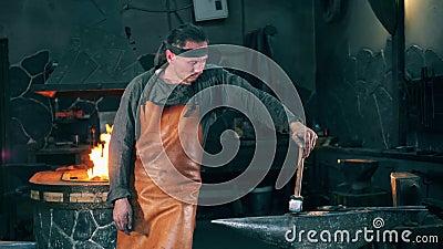 Σφυρηλατήστε τον εργαζόμενο παίρνει ένα σφυρί μετάλλων απόθεμα βίντεο