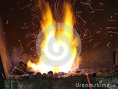 Σφυρηλατήστε την πυρκαγιά - καυτός σίδηρος απόθεμα βίντεο