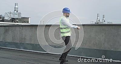 Σύγχρονος αρχιτέκτονας ή μηχανικός εργοταξίου που χορεύει ενθουσιασμένος κρατώντας ένα tablet και μια μερίδα φορώντας ένα απόθεμα βίντεο