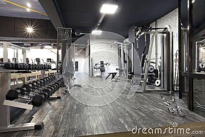 Σύγχρονο εσωτερικό γυμναστικής με το διάφορο εξοπλισμό