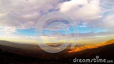 Σύννεφα και ήλιος χρόνος-σφάλματος που θέτουν Timelapse πέρα από τα βουνά φιλμ μικρού μήκους