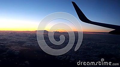 Σύννεφα και ουρανός όπως βλέπει μέσω του παραθύρου ενός αεροσκάφους - στη νύχτα επάνω από μια πόλη φιλμ μικρού μήκους
