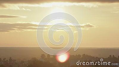 Σύννεφα καταιγίδας στον ουρανό με κίτρινα σύννεφα να αναφλέγουν πάνω από το τοπίο νωρίς το πρωί απόθεμα βίντεο
