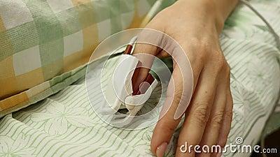 ταινία μέτρου υγείας έννοιας μήλων ιατρικός αισθητήρας δάχτυλων στο θηλυκό υπομονετικό αντίχειρα Γωνία που πυροβολείται στενή του απόθεμα βίντεο