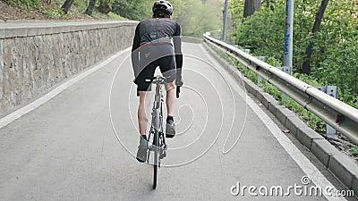 Τακτοποίηση pedaling ποδήλατο ποδηλατών από τη σέλα ανηφορικά Ισχυρά πόδια με μυών Ανηφορική κατάρτιση για ένα RA ανακύκλωσης απόθεμα βίντεο