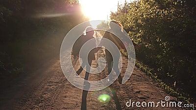 Ταξιδιώτες παιδιών Κορίτσι οδοιπόρων οι ευτυχείς ταξιδιώτες κοριτσιών με τα σακίδια πλάτης που οργανώνονται κατά μήκος της εκμετά