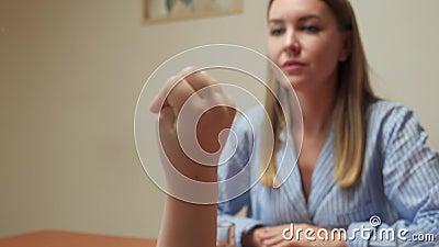 Τα βασίζοήμουν κοριτσιών στα δάχτυλα απόθεμα βίντεο