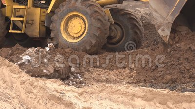 Τα κίτρινα μεγάλα επίπεδα φορτωτών κατασκευής ένα κομμάτι γης για την κατασκευή και συλλέγουν το έδαφος σε έναν κάδο, βιομηχανία, απόθεμα βίντεο