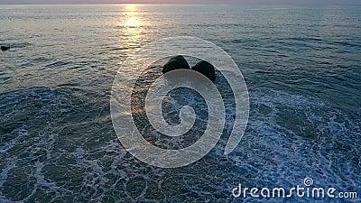 Τα οκνηρά κύματα και μερικός βράχος φιλμ μικρού μήκους