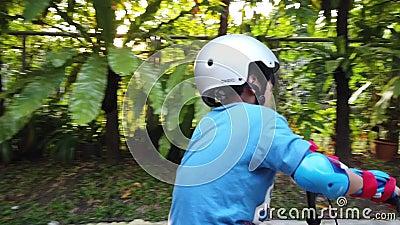Τα παιδιά μαθαίνουν να κάνουν ποδήλατο και να πέφτουν ενώ η μητέρα περπατάει μπροστά απόθεμα βίντεο
