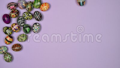 Τα πασχαλινά αυγά κινούνται στο τραπέζι με ροζ χρώμα Το Πάσχα είναι ιερό 4 k απόθεμα βίντεο