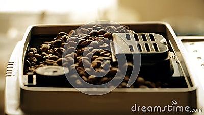 Τα φασόλια καφέ φορτώνονται στη μηχανή espresso για closeup φιλμ μικρού μήκους
