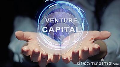 Τα χέρια παρουσιάζουν γύρω από το κεφάλαιο επιχειρηματικού κινδύνου ολογραμμάτων απόθεμα βίντεο