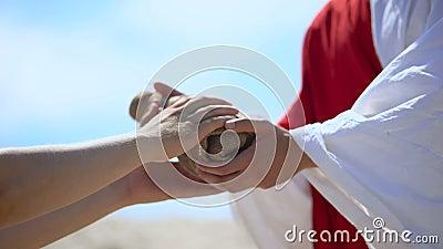 Τα χέρια στη ρόμπα δίνουν ένα μπουκάλι νερό σε φτωχή, βιβλική ιστορία συμπόνιας απόθεμα βίντεο