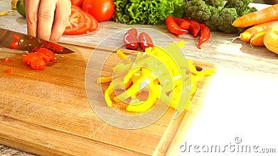 Τεμαχισμός κόκκινων πιπεριών σε σε αργή κίνηση φιλμ μικρού μήκους