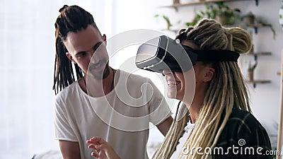 Τεχνολογία, αυξημένη πραγματικότητα, παιχνίδια, ψυχαγωγία και ιδέες ανθρώπων - ευτυχισμένο ζευγάρι - κορίτσι που δοκιμάζει εικονι απόθεμα βίντεο