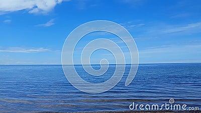 Τηγάνι καμερών στην όμορφη ακτή παραλιών άμμου Πρωινός ηλιόλουστος προορισμός παραλιών ακτών διακοπών το καλοκαίρι με τον όμορφο  απόθεμα βίντεο