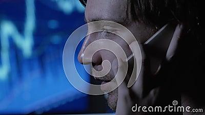 Τονισμένες υπερωρίες εργασίας επιχειρηματιών αργά τη νύχτα στο καθιστικό με το τηλέφωνο, υπολογιστής απόθεμα βίντεο