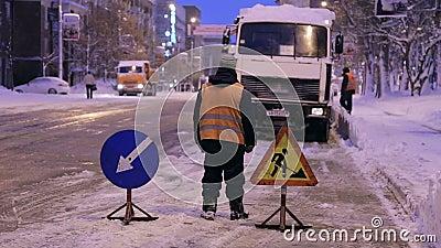 Τοποθέτηση προειδοποιητικών πινακίδων Καθαρισμός χιονισμένων δρόμων Καθαρόαιμος δρόμος απόθεμα βίντεο