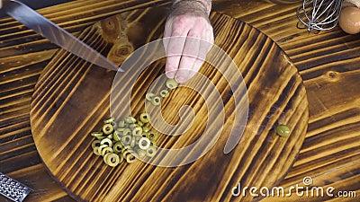Τοπ μάγειρας αρχιμαγείρων άποψης που κατασκευάζει την πίτσα