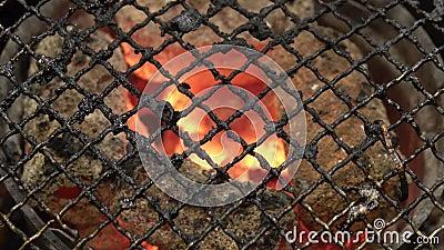 Τοπ άποψη της κενής BBQ καυτής σχάρας πυρκαγιάς και των καίγοντας ανθρακόπλινθων ξυλάνθρακα φιλμ μικρού μήκους