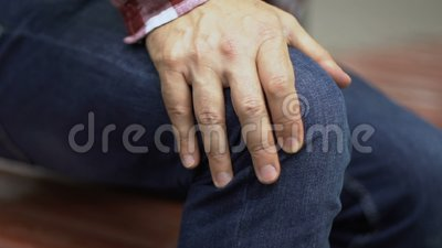 Το άτομο αισθάνεται τον πόνο γονάτων στεμένος επάνω, ζημία menisci, κινηματογράφηση σε πρώτο πλάνο ασθένειας αρθρίτιδας απόθεμα βίντεο