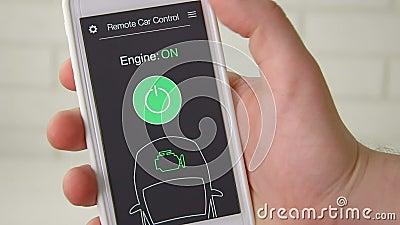 Το άτομο αρχίζει μακρινά τη μηχανή του αυτοκινήτου του Τηλεχειρισμός αυτοκινήτων που χρησιμοποιεί την πλασματική διεπαφή εφαρμογή φιλμ μικρού μήκους