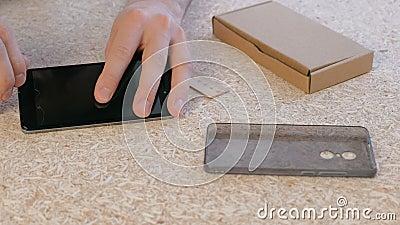 Το άτομο επισκευάζει το τηλέφωνο Αφαιρέστε το ραγισμένο προστατευτικό γυαλί της τηλεφωνικής ` s οθόνης απόθεμα βίντεο