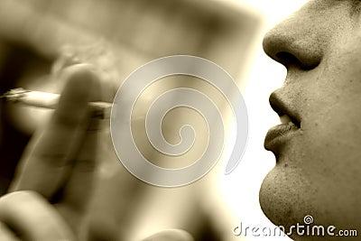 το άτομο καπνίζει τις νε&omicron
