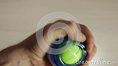 Το άτομο περιστρέφεται τη σφαίρα καρπών, ενισχύει τους μυς υπό εξέταση, δάχτυλα, καρπός, βραχίονας απόθεμα βίντεο