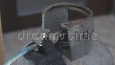 Το άτομο συνδέει τον κύλινδρο αερίου φιλμ μικρού μήκους
