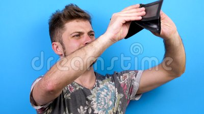 Το άτομο φαίνεται ευτυχές και χαμογελώντας στη κάμερα έπειτα που εξετάζει κάτω το πορτοφόλι του και συνειδητοποιεί ότι δεν έχει κ απόθεμα βίντεο
