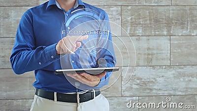 Το άτομο χρησιμοποιεί το ολόγραμμα με το ηλεκτρονικό εμπόριο κειμένων απόθεμα βίντεο