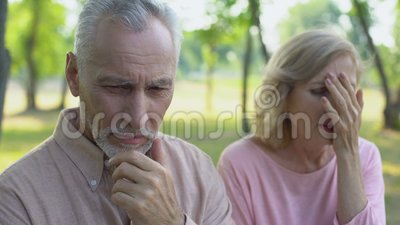 Το ανώτερο άτομο αισθάνεται ένοχο για την εξαπάτηση, να φωνάξει συζύγων στην απελπισία, διαζύγιο απόθεμα βίντεο