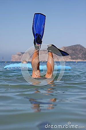 το αστείο άτομο κολυμπά μ