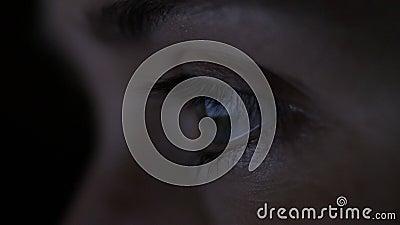 Το γυναικείο μάτι κοιτάζει την οθόνη το βράδυ, η γυναίκα ψάχνει για πληροφορίες, την έννοια του εθισμού στο διαδίκτυο, εργάζεται  φιλμ μικρού μήκους