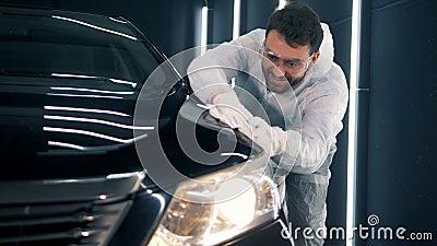 Το ενθουσιώδες μέλος των ενόπλων δυνάμεων καθαρίζει ένα αυτοκίνητο με ένα ύφασμα απόθεμα βίντεο