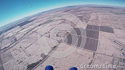 Το επαγγελματικό skydiver ανοίγει το αλεξίπτωτο στον αέρα, μύγα επάνω από την Αριζόνα ημέρα ηλιόλουστη απόθεμα βίντεο