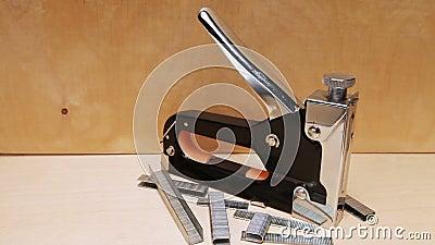 Το εργαλείο - stapler χειρωνακτικός μηχανικός - για την εργασία επισκευής στο σπίτι και για τα έπιπλα, και υποστηρίγματα φιλμ μικρού μήκους