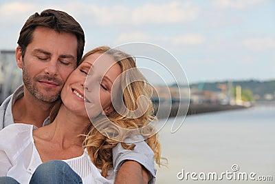 Το ζεύγος σε μια αγάπη αγκαλιάζει