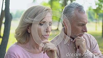 Το ηλικιωμένο ζεύγος που μαλώνει επανδρώνει την εξαπάτηση, κρίση στις σχέσεις, διαζύγιο απόθεμα βίντεο