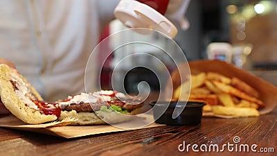 Το κέτσαπ χύνει burger απόθεμα βίντεο