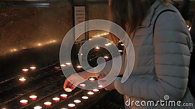 Το Κορίτσι Ανάβει Ένα Κερί Στην Εκκλησία απόθεμα βίντεο