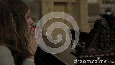 Το κορίτσι προσεύχεται στην εκκλησία απόθεμα βίντεο