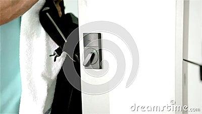 Το μέλος γυμναστικής παίρνει την τσάντα από το ντουλάπι φιλμ μικρού μήκους