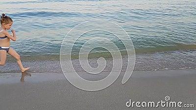Το μικρό παιδί διασκεδάζει στην παραλία απόθεμα βίντεο