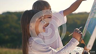 Το μικρό παιδί και το κορίτσι σύρουν την εικόνα φιλμ μικρού μήκους